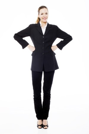 mani sui fianchi: Businesswoman giovane in piedi con le braccia akimbo su sfondo bianco studio