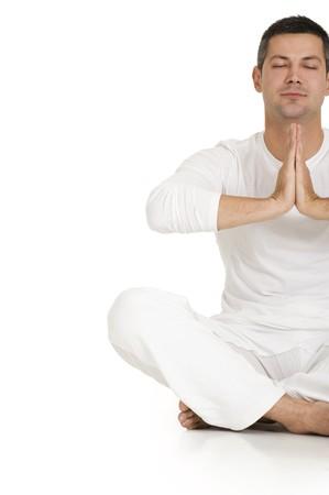 hand position: hombre vestido de blanco sentado en el piso de practicar yoga  Foto de archivo