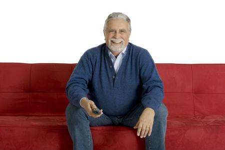 1 senior: anciano en el sof� con control remoto de televisi�n