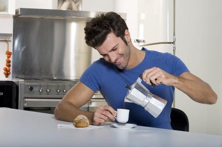 hombre tomando cafe: hombre beber caf� Foto de archivo