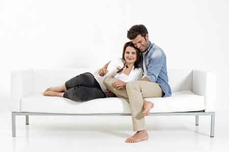 pareja viendo tv: Pareja en el sof� viendo la televisi�n