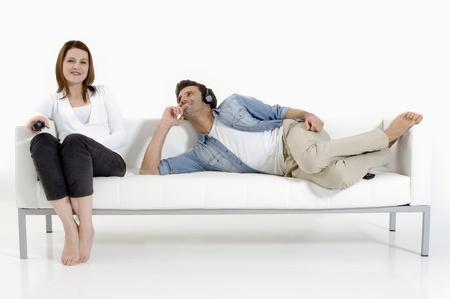 daily room: separati coppia sul divano a guardare la TV