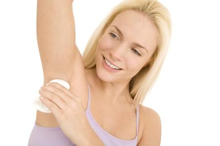 axila: mujer aplicar desodorante bajo sus axilas