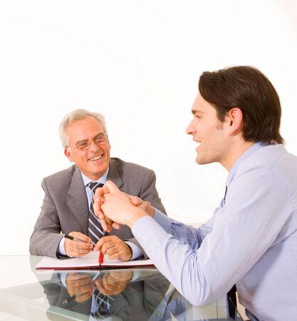 entrevista de trabajo: dos hombres durante una entrevista de trabajo