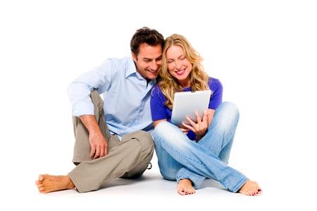 pies descalzos: pareja que usa tabletas digitales