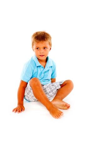 barfu�: Junge sitzt