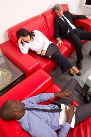 cansancio: de trabajo del equipo para dormir en el sofá