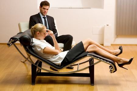 psicologia: psiquiatra que lo examinó un paciente de sexo femenino Foto de archivo