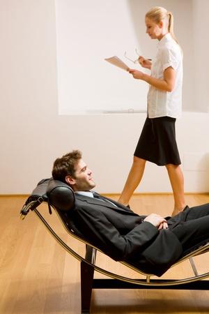 psicologia: hombre, mujer, acostado en la lectura chaise longue Foto de archivo