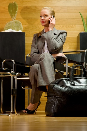 tailleur: business woman waiting in office lobby