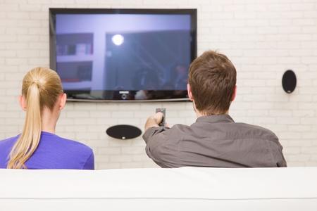 personas viendo television: pareja viendo la televisión