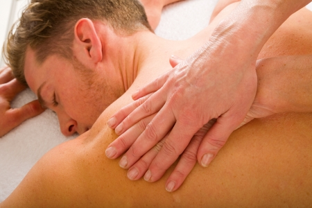 homme massage: jeune homme reçoit les épaules