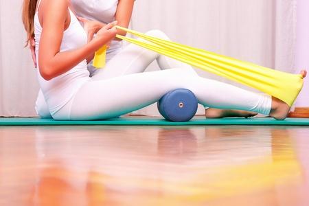 fisioterapia: ejercicios de fortalecimiento con el�stico tibial tarsal