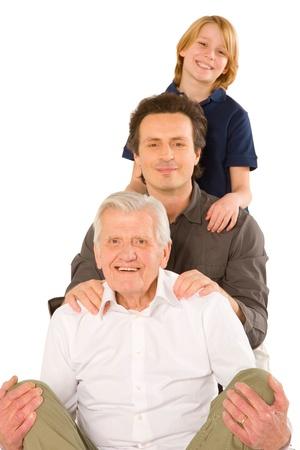 abuelo: gandfather padre con el hijo sobrino de pie en el fondo blanco