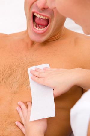 depilacion con cera: Hombre que grita mientras depilaci�n