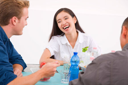 socializando: Feliz mujer asiática comer alimentos con sus amigos