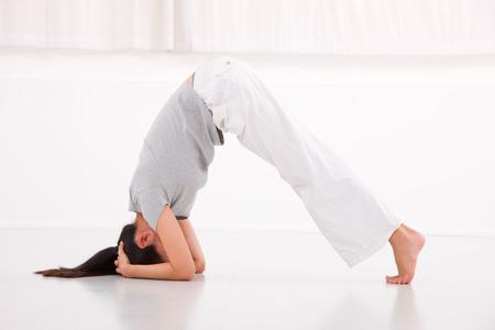 piedi nudi di bambine: Donna di forma fisica nella posizione di ponte