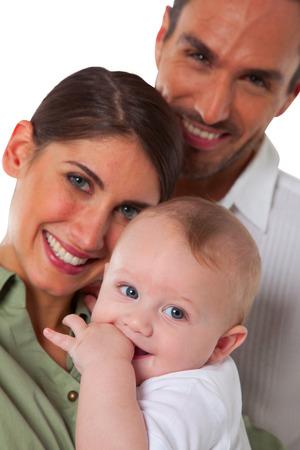 mom dad: Retrato de la madre feliz y el padre con el bebé Familia de tres a pasar tiempo de calidad juntos Están aislados sobre el fondo blanco