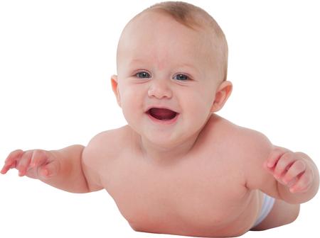 niño sin camisa: Una foto del bebé lindo sonriente Retrato de niño está acostado sobre su barriga Está aprendiendo a gatear sobre el fondo blanco Foto de archivo