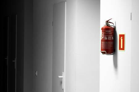 salida de emergencia: Extintor de incendios en el lugar de trabajo