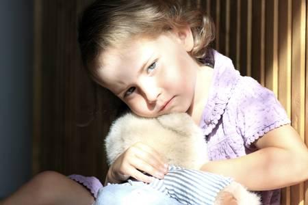 psicologia infantil: Deprimido niña abrazando a teddy bear