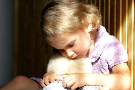 psicologia infantil: Chica poco deprimida abrazos del oso de peluche