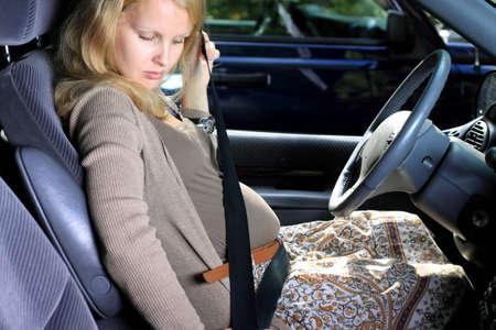 mujeres embarazadas: Las mujeres embarazadas en el coche Foto de archivo