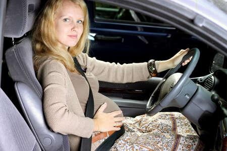 prueba de embarazo: Las mujeres embarazadas de viajes en coche Foto de archivo