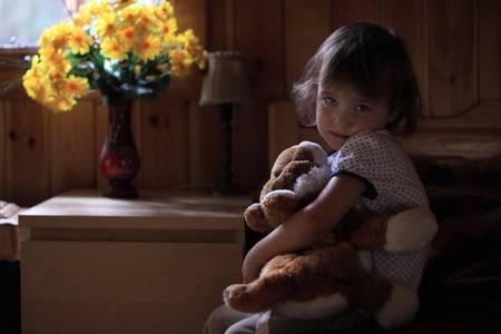 psicologia infantil: Deprimido ni�a que abraza el oso de peluche