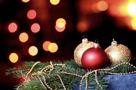Christmas time stemming met kerstballen en kaars