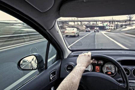 Rijdende auto op de snelweg Stockfoto