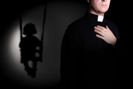 Sacerdote y sombra niño en un columpio Foto de archivo - 30866650