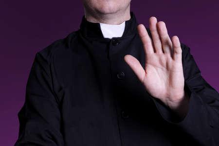 sotana: sacerdote bendición