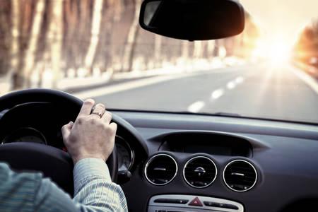 manejando: Conducci�n del coche en el camino vac�o
