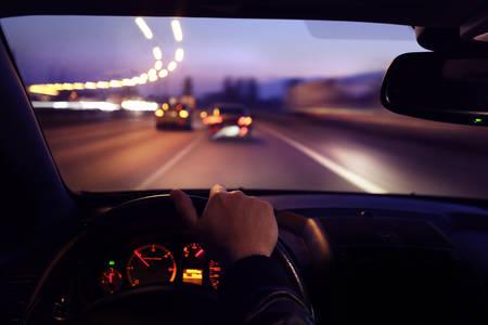borracha: Conducci�n del coche por la ma�ana temprano Foto de archivo