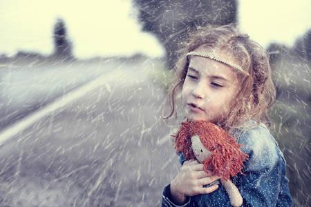 wees: Wees in de winter besneeuwde dag zitten alleen buiten