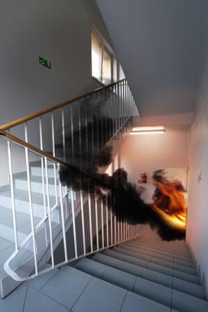 Feu et sortie de secours dans le bâtiment moderne Banque d'images - 33321813