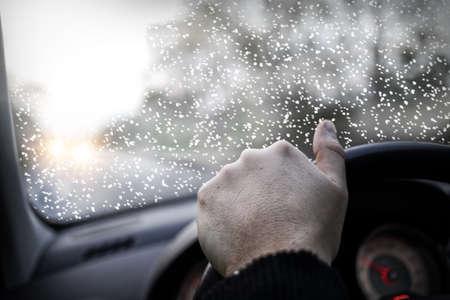 zichtbaarheid: Slecht zicht op de weg in de winter dag