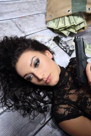 mujer con arma: Muchacha bonita con el arma