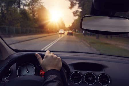 도시의 거리에서 자동차를 운전