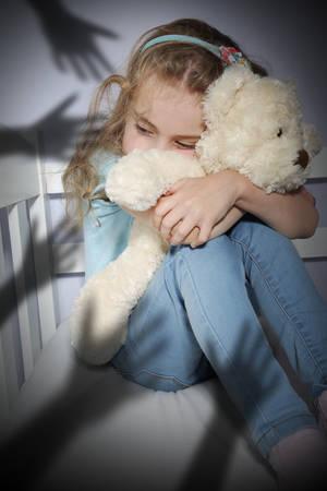 psicologia infantil: Bullying asustó abrazando a un oso de peluche infantil