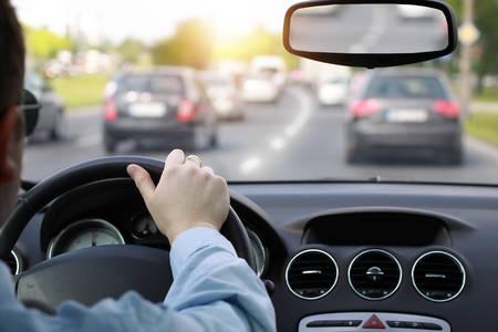ラッシュアワーで車を運転