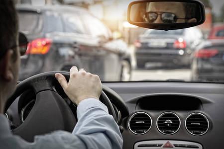 aandrijvingen: Man in zonnebril rijden een auto