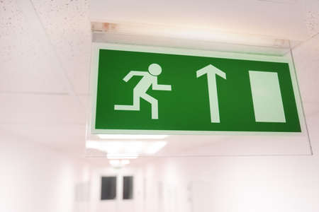 Emergency exit sign Banque d'images