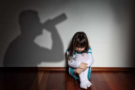 Alkohol zu Hause - abgelehnt trauriges Kind Standard-Bild - 35217955
