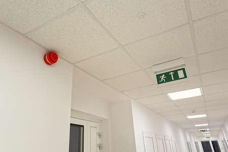 近代的なオフィスビルの非常口