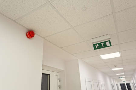 evacuacion: Salida de emergencia en el edificio de oficinas moderno