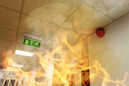 evacuatie: Grote brand in het moderne kantoorgebouw Stockfoto