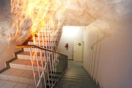 evacuacion: Fuego en la escalera en la oficina Foto de archivo