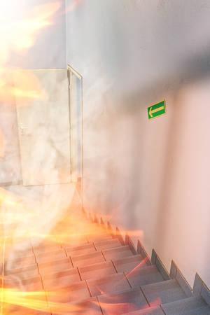 incendio casa: Fuego int edificio Foto de archivo